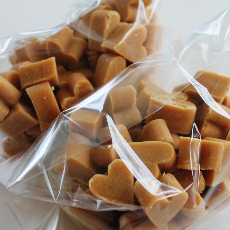 100 loose Scottish tablet heart wedding favours